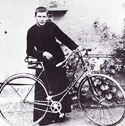 Père Brottier à vélo