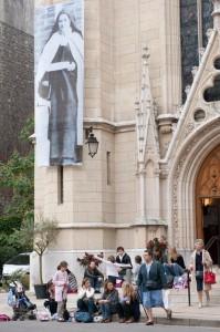 Entrée de la chapelle Sainte-Thérése semaine thérésienne